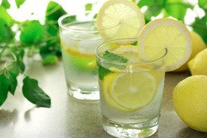 12 motive sa bei apa cu lamaie in fiecare dimineata